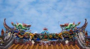 在寺庙屋顶的两条龙雕象 库存照片