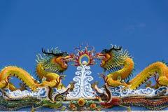 在寺庙屋顶的双中国龙 库存照片