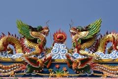 在寺庙屋顶的双重中国龙 免版税库存图片