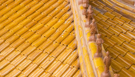 在寺庙屋顶的小雕象 库存图片