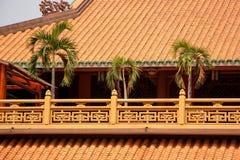 在寺庙屋顶的棕榈树  免版税库存照片