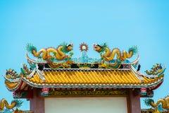 在寺庙屋顶的金龙 免版税库存图片