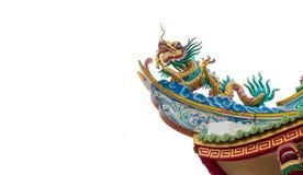 在寺庙屋顶的龙雕象在白色背景,裁减路线 库存图片