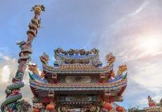 在寺庙屋顶的Dargon雕象,在瓷寺庙屋顶的龙雕象作为亚洲艺术 库存照片