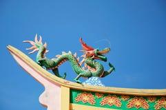在寺庙屋顶顶部的龙雕象 免版税库存图片
