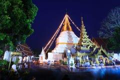在寺庙废墟的佛教仪式在Magha Puja。 免版税库存图片