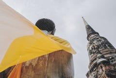 在寺庙旁边的坐的菩萨雕象 免版税库存照片