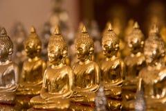 在寺庙泰国的小的菩萨雕象 免版税库存照片