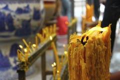 在寺庙泰国的蜡烛 免版税库存图片