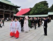 在寺庙的一个传统日本婚礼 库存图片