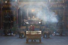 在寺庙的中国香炉有烟的 免版税库存照片