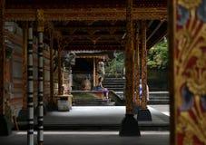 在寺庙的凝思 库存图片