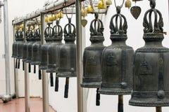 在寺庙的古铜色响铃 免版税库存照片
