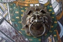 在寺庙的古铜色门把手 免版税库存图片