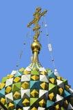 在寺庙的圆屋顶的十字架 免版税库存图片