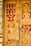 在寺庙的墙壁上的浅浮雕在Louangphabang,老挝 特写镜头 垂直 图库摄影