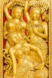 在寺庙的墙壁上的浅浮雕在Louangphabang,老挝 特写镜头 垂直 库存图片