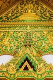 在寺庙的墙壁上的浅浮雕在Louangphabang,老挝 特写镜头 垂直 免版税库存照片