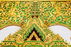 在寺庙的墙壁上的浅浮雕在Louangphabang,老挝 特写镜头 库存图片