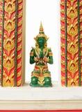 在寺庙的天使雕象祈祷 库存图片