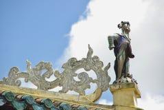 在寺庙的屋顶的老人雕象 免版税图库摄影