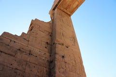 在寺庙的废墟的壁画在Dendera的 库存照片