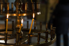 在寺庙的教会灼烧的蜡烛祷告的 免版税库存图片