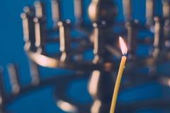在寺庙的教会灼烧的蜡烛祷告的 库存图片