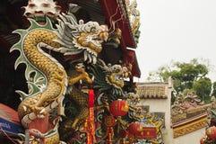 在寺庙的泰国中国龙柱子 图库摄影