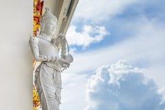 在寺庙的泰国天使雕象 库存照片