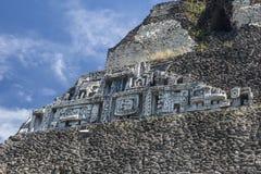 在寺庙的玛雅石制品 库存照片