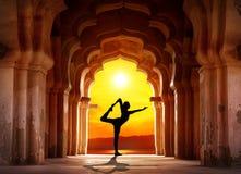 在寺庙的瑜伽剪影 免版税库存图片