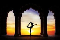 在寺庙的瑜伽剪影 免版税库存照片
