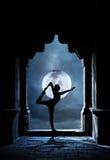 在寺庙的瑜伽在晚上 免版税库存照片