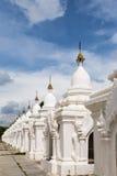 在寺庙的白色佛教stupa在缅甸 库存照片
