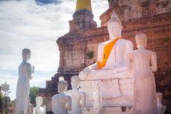在寺庙的白色菩萨雕象 免版税库存图片