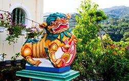 在寺庙的神话傅狗雕象在槟榔岛,马来西亚 库存照片