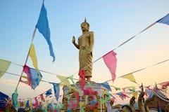 在寺庙的站立的大金黄菩萨雕象 免版税图库摄影