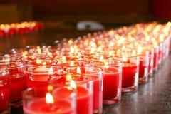 在寺庙的红色灼烧的蜡烛 免版税图库摄影