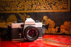 在寺庙的老照相机影片 免版税库存图片