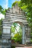 在寺庙的老白色曲拱, Phayao泰国 库存照片