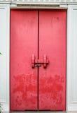 在寺庙的老红色门 库存照片