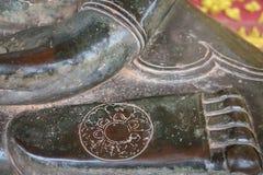 在寺庙的脚菩萨石黑色 库存图片
