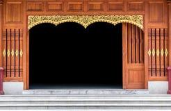 在寺庙的被雕刻的木门 木样式的装饰 免版税库存图片