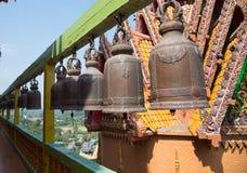 在寺庙的许多大响铃 免版税库存照片