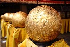 在寺庙的金球 库存照片