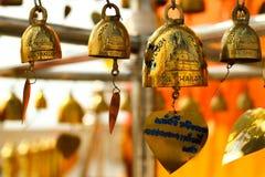 在寺庙的金铃在曼谷 免版税库存照片