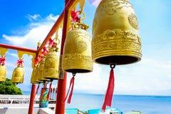 在寺庙的金铃 免版税库存图片