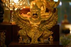 在寺庙的金黄鹰报 免版税库存照片