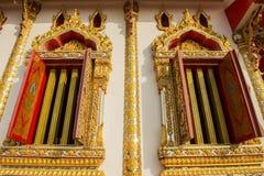 在寺庙的金黄菩萨雕象 免版税库存图片